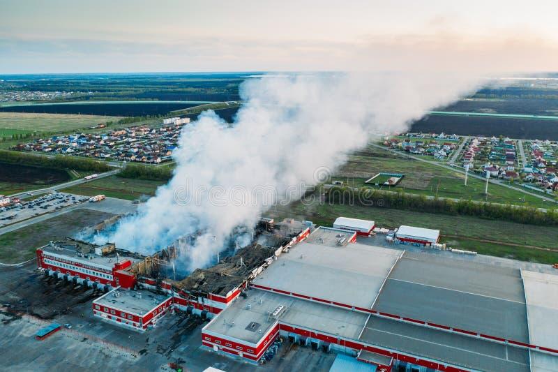 Voronezh, Rússia - 29 de abril de 2019: fumo após o fogo no armazém de distribuição queimado da rede na vila Nechaevka em Voronez foto de stock