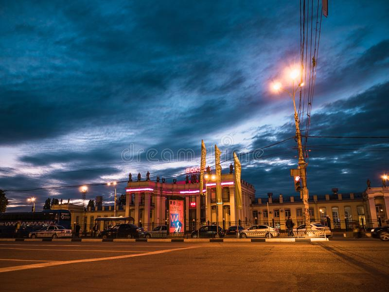 Voronezh, Rússia - 10 de junho de 2018: Construção da estação de trem de Voronezh de estradas de ferro do russo de JSC na noite foto de stock royalty free