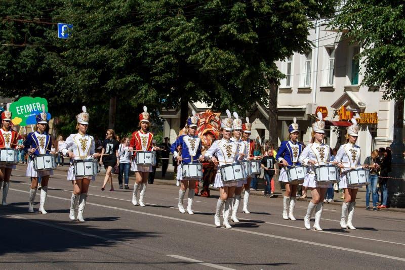 Voronezh, Rússia: 12 de junho de 2016 Parada de teatros da rua em um dia ensolarado fino Divertimento, alegria imagem de stock