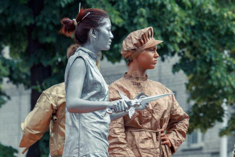 Voronezh, Rússia: 12 de junho de 2015 Parada de teatros da rua na rua principal da cidade imagem de stock