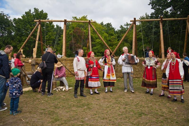 Voronezh, Rússia - 8 de setembro de 2017: Conjunto tradicional do folclore do russo fotografia de stock