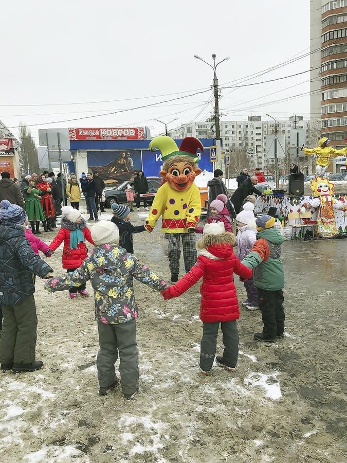 Voronezh RÚSSIA 05 03 2019 festivais de fios Skomorokhi do inverno que tem o divertimento com crianças fotografia de stock royalty free