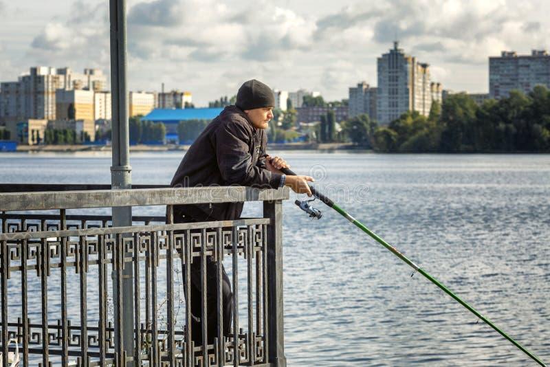 Voronezh, Rússia, 09/24/2016: Os pescadores travam peixes na terraplenagem da cidade foto de stock