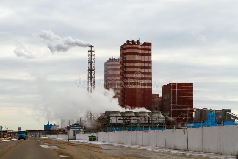Voronezh region, Rossosh Ryssland: November 11, 2011 Mineraliska gödningsmedel för avgasrörväxt Illustration av miljöbelastning royaltyfri fotografi