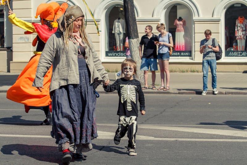 Voronezh, Rosja: Czerwiec 12, 2015 Parada uliczni teatry na głównej ulicie cit obraz stock