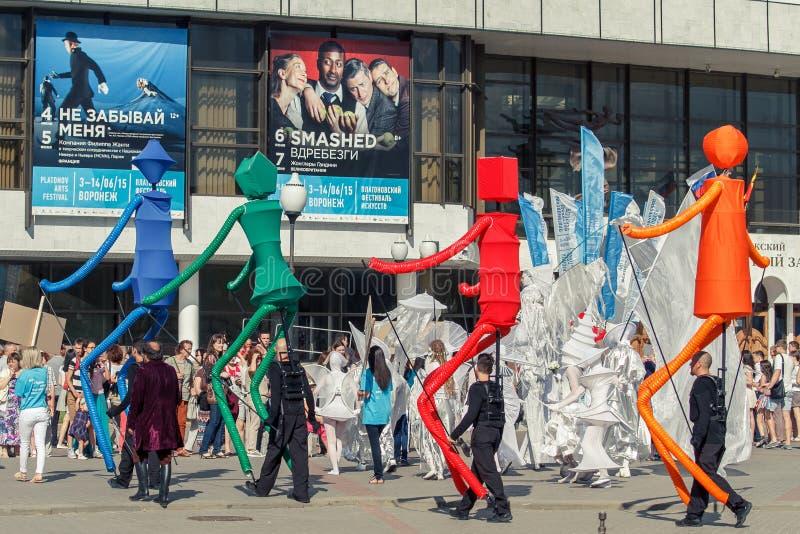 Voronezh, Rosja: Czerwiec 12, 2015 Parada uliczni teatry na głównej ulicie miasto fotografia stock