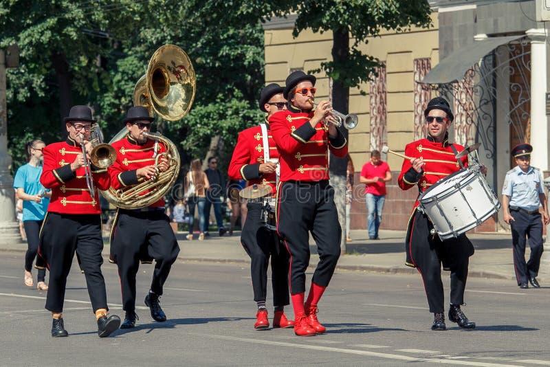 Voronezh, Rosja: Czerwiec 12, 2015 Parada uliczni teatry na głównej ulicie miasto obraz stock