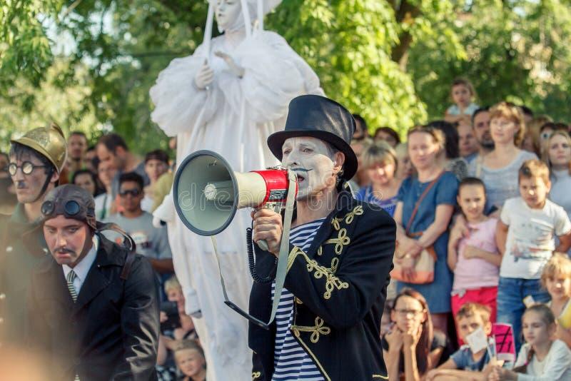 Voronezh, Rosja: Czerwiec 12, 2015 Parada uliczni teatry na głównej ulicie miasto zdjęcie royalty free