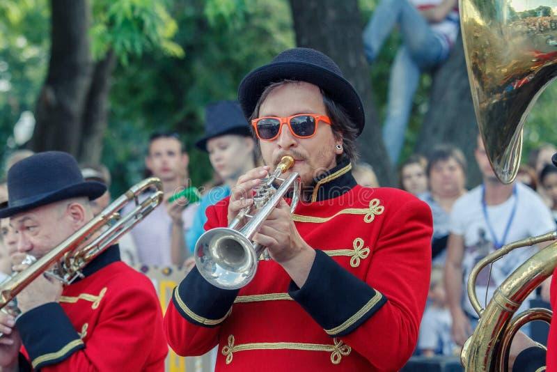 Voronezh, Rosja: Czerwiec 12, 2015 Parada uliczni teatry na głównej ulicie miasto obrazy royalty free
