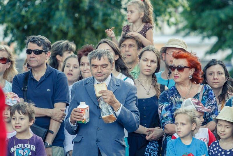 Voronezh, Rosja: Czerwiec 12, 2015 Parada uliczni teatry na głównej ulicie miasto obraz royalty free