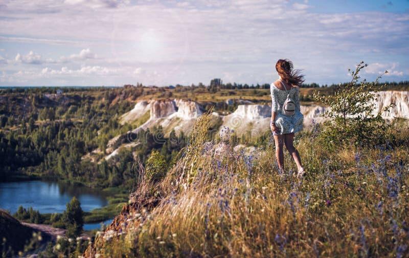 Voronezh, Rusia - 'blanco/'del pozo del lugar de descanso 'Belyy Kolodets ' Muchacha en el festival del verano imágenes de archivo libres de regalías