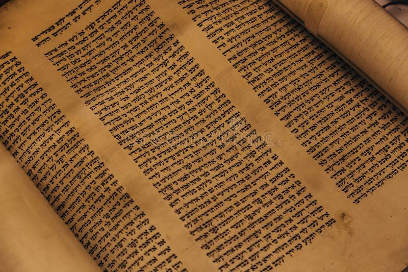 Voronezh, Rusia, CIRCA 2018: Voluta manuscrita religiosa hebrea del pergamino de Torah fotos de archivo