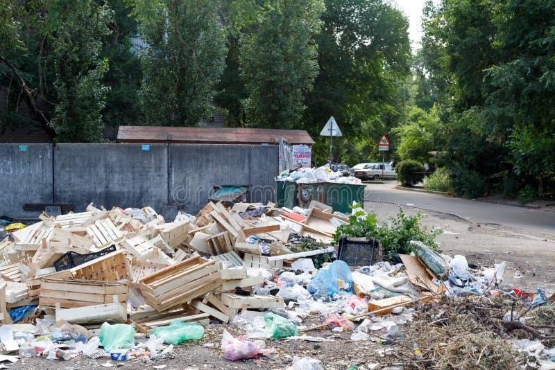 Voronezh, Rusia - 18 de junio de 2019 Descarga de basura en un ?rea residencial Retiro intempestivo El concepto de fracaso del fotografía de archivo libre de regalías