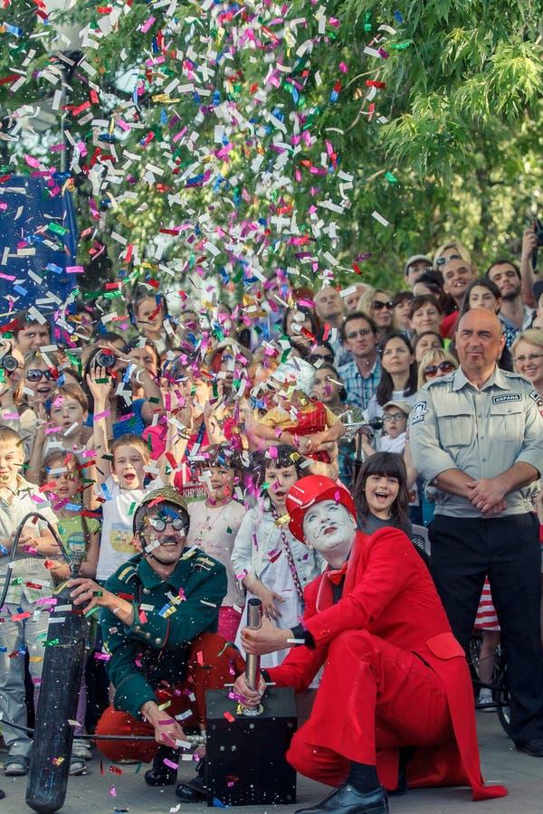 Voronezh, Rusia: 12 de junio de 2015 Desfile de los teatros de la calle en la calle principal de la ciudad imágenes de archivo libres de regalías