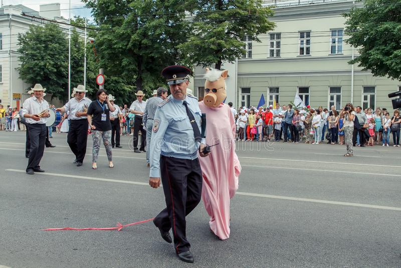 Voronezh, Rusia: 12 de junio de 2015 Desfile de los teatros de la calle en la calle principal de la ciudad fotos de archivo