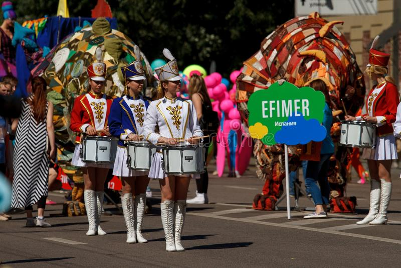 Voronezh, Rusia: 12 de junio de 2016 Desfile de los teatros de la calle en un día soleado fino Diversión, alegría foto de archivo libre de regalías