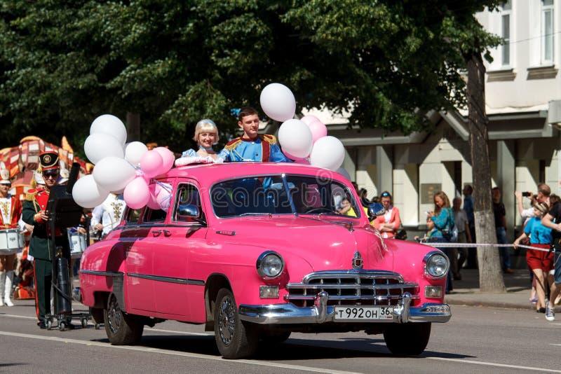 Voronezh, Rusia: 12 de junio de 2016 Desfile de los teatros de la calle en un día soleado fino Diversión, alegría fotografía de archivo libre de regalías