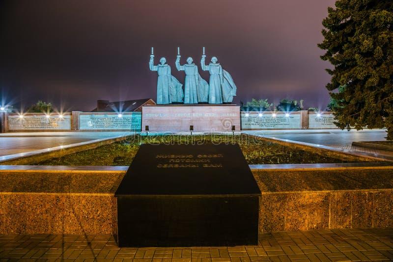 Voronezh, Rusia - 29 de septiembre de 2017: Monumento de soldados del gran ` patriótico del equilibrio de Chizhovsky del ` de la  imágenes de archivo libres de regalías
