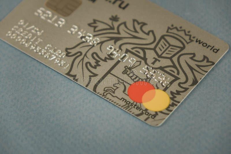VORONEZH, RUSIA - pueden 09, 2019: Tarjetas de banco de Tinkoff de la tarjeta del pago Mastercard y visa que pone en el primer ne fotos de archivo libres de regalías
