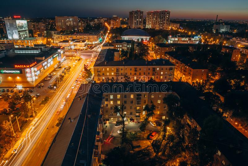 Voronezh, Rusland, Circa September 2017: panorama van het centrum van de nachtstad van Voronezh met straten, verkeer stock fotografie