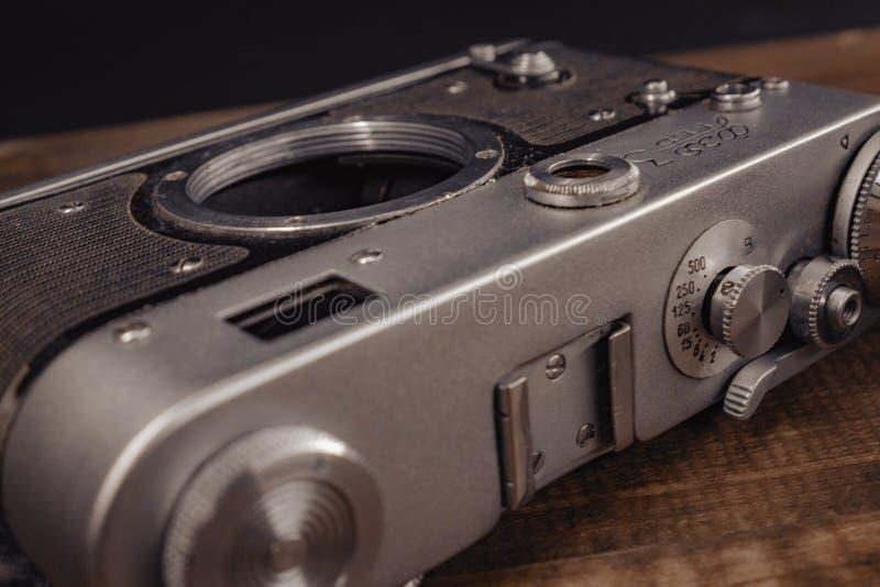 Voronezh Rusland de oude uitstekende sovjetcamera van 02 april 2019 met lens op houten achtergrond stock foto's