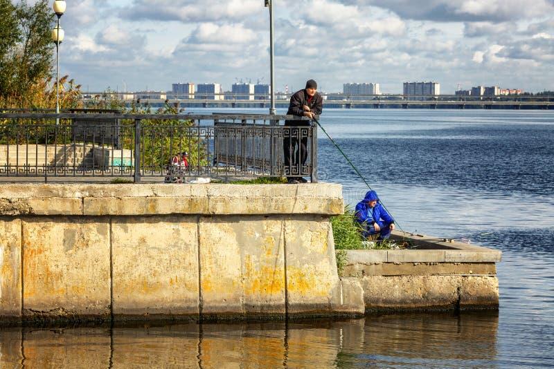 Voronezh, Rusland, 09/24/2016: De vissers vangen vissen op de stadsdijk stock foto's