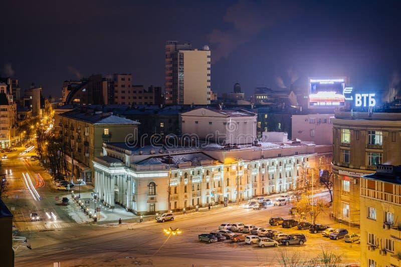 Voronezh, Rusland - Februari 23, 2018: LuchtdieNachtmening van Voronezh-dramatheater na A wordt genoemd Koltsov en revolutievooru stock afbeeldingen