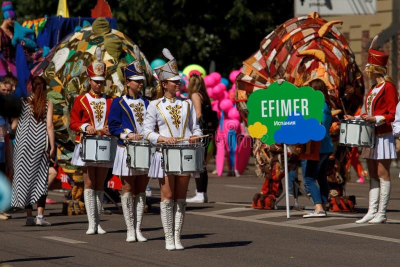 Voronezh, Rusland: 12 juni, 2016 Parade van straattheaters op een fijne zonnige dag Pret, vreugde royalty-vrije stock foto