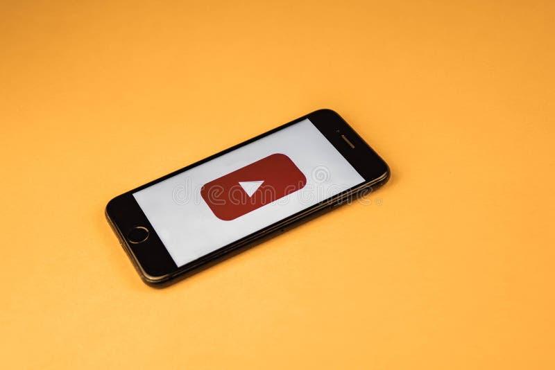 voronezh Rusland - kan 03, 2019: Gloednieuw Apple iPhone 7 met embleem YouTube, op een oranje achtergrond YouTube bent populair stock fotografie