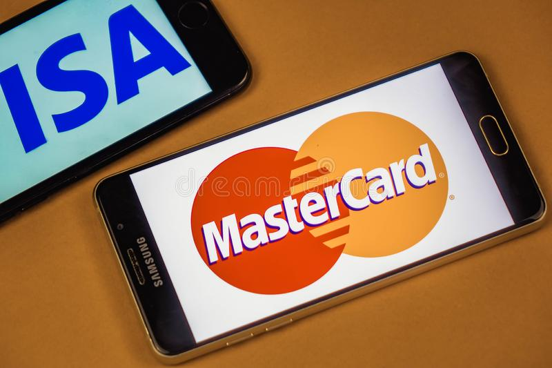 VORONEZH, RUSLAND - 3 kunnen, 2019: Visumembleem en Mastercard-embleem op twee verschillende telefoons stock foto