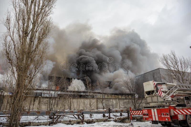 Voronezh, Russie - 25 décembre : Le feu dans un entrepôt industriel sur la rue de Lantenskaya, le caoutchouc brûle, un bon nombre image libre de droits