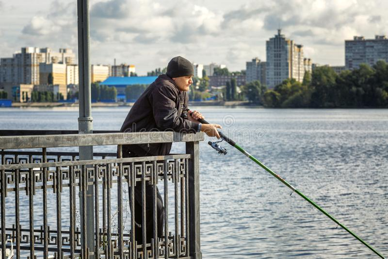 Voronezh, Russie, 09/24/2016 : Les pêcheurs pêchent des poissons sur le remblai de ville photo stock