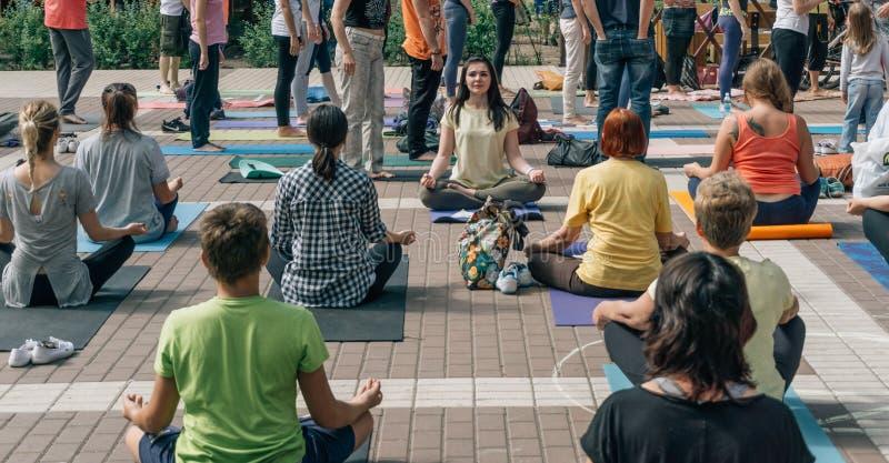 VORONEZH, RUSSLAND - 18. JUNI 2017: Gruppe von Personen tun Yoga im Dynamopark am internationalen Yoga-Tag in Voronezh, Russland stockfotos