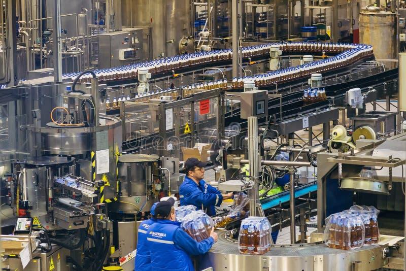 Voronezh rysk federation - Februari 15, 2018: Produktion av öl i den Voronezh ölfabriken Baltika arkivbild