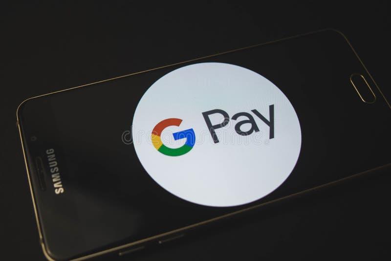 Voronezh rysk federation - kan 9, 2019: Samsung mobiltelefon som visar den Android lönappen på pekskärmen arkivfoto