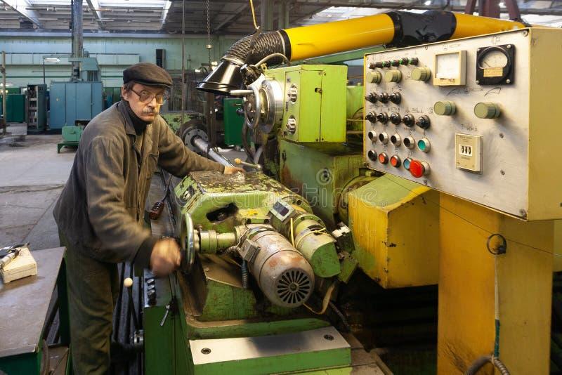 Voronezh Ryssland - Circa 2010: Drejaren arbetar på drejbänkmaskinen i seminarium royaltyfri bild