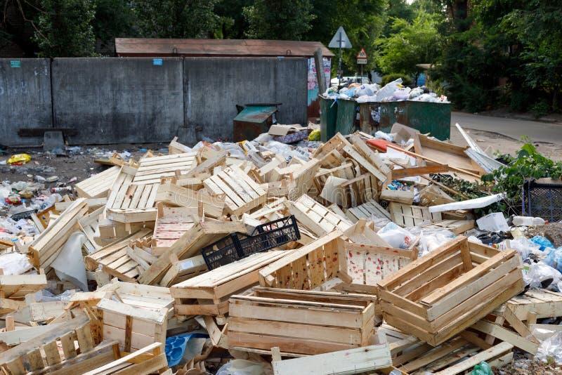 Voronezh Ryssland - Juni 18, 2019 Avskr?def?rr?dsplats i ett bostadsomr?de Förtidig borttagning Begreppet av fel av avskrädet royaltyfria bilder