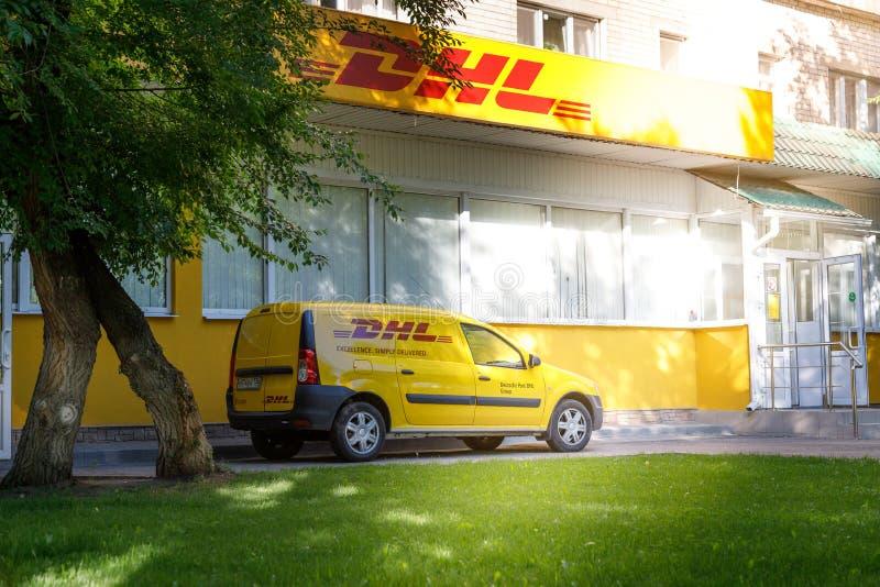 Voronezh Ryssland - Maj 25, 2019: En bil med DHL logoen n?ra kontoret DHL ?r ett internationellt f?retag f?r den uttryckliga leve royaltyfria foton