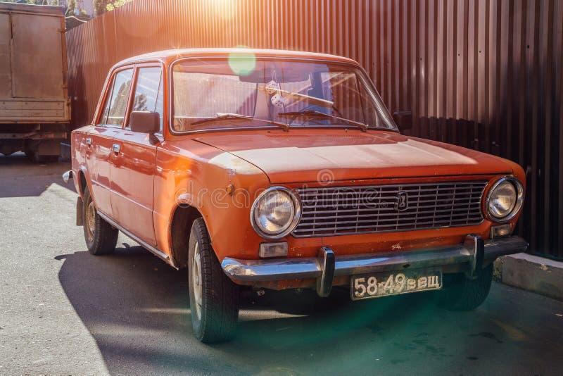 Voronezh Ryssland - September 17, 2017: Klassisk sovjetisk tappningbil LADA VAZ-2101 fotografering för bildbyråer