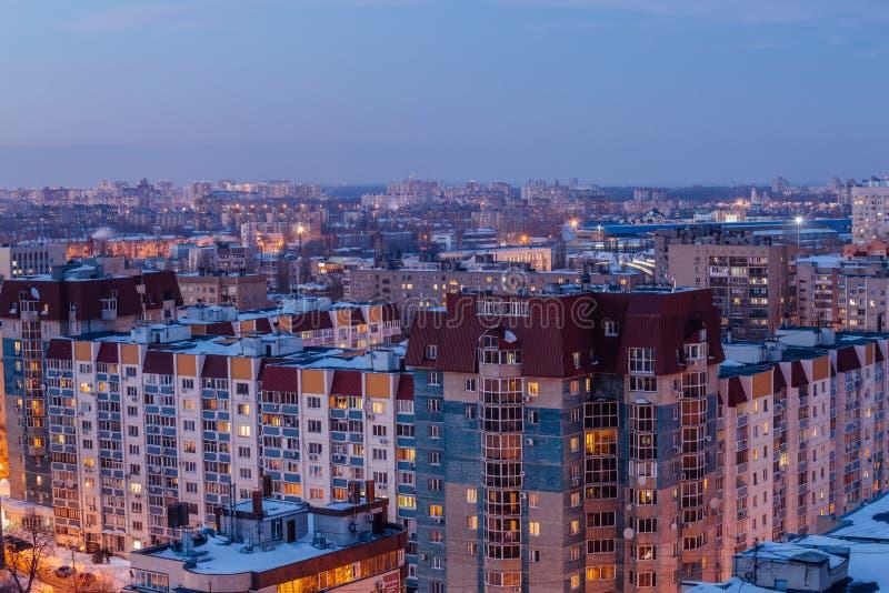 Voronezhcityscape Luchtnachtmening aan moderne woonwijk stock afbeelding