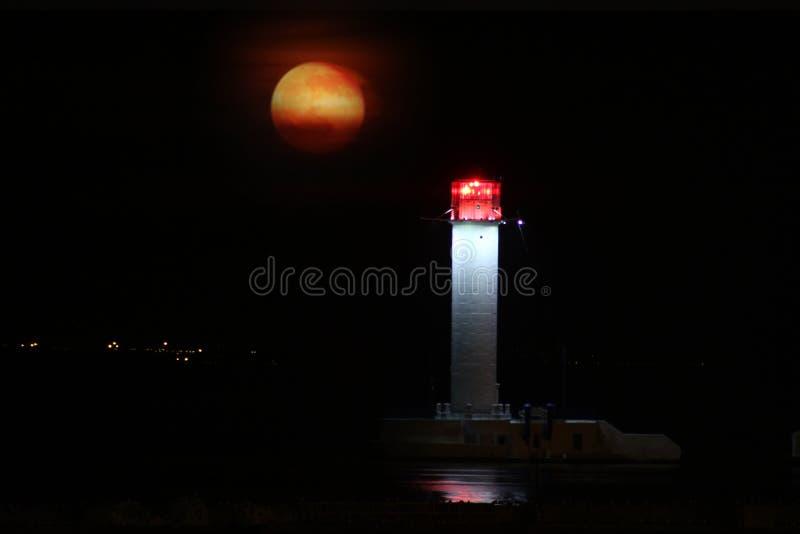 Vorontsov-Leuchtturmnacht gegen das Steigen des großen roten Mondes stockfoto