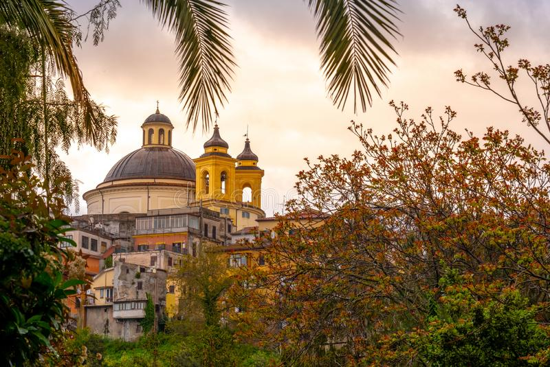 Vorort Ariccia - Roms - Lazio - Kirchenhaube Italiens Santa Maria verzweigt sich bunter Sonnenunterganghintergrund lizenzfreies stockbild