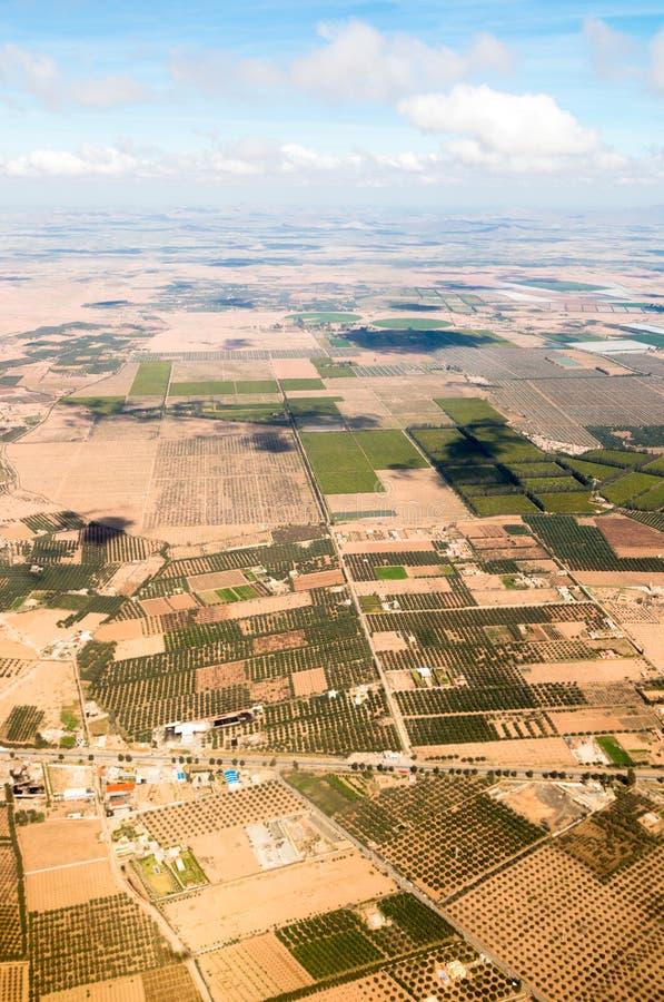 Vororte von Marrakesch-Vogelperspektive von der Spitze mit Atlasbergen I lizenzfreies stockfoto