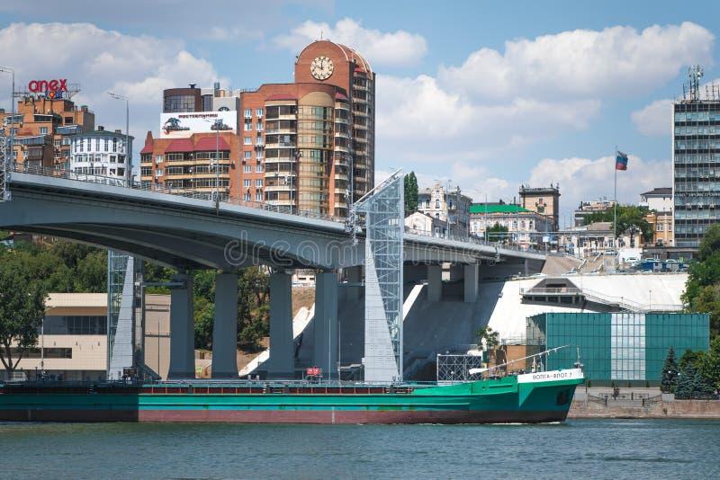 Voroshilovsky-Brücke mit einem Glasaufzugaufzug über dem Fluss Don auf dem Hintergrund eines Wohnviertels stockfoto