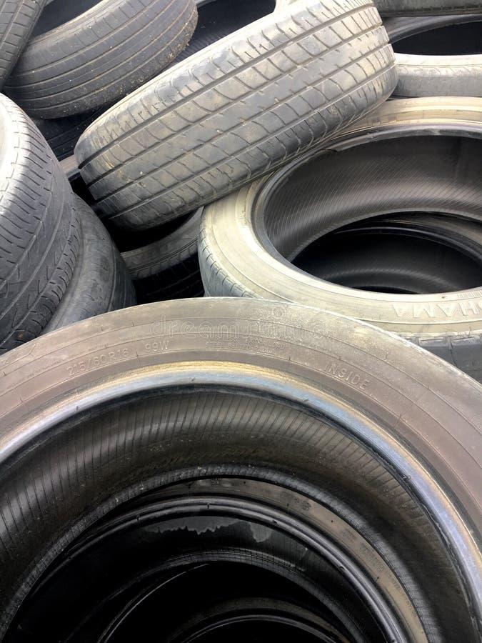 Vorrat benutzter schwarzer Reifen stockbild