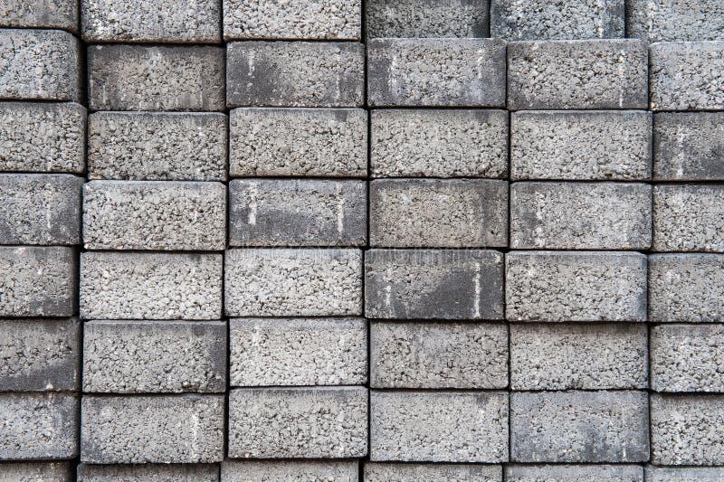 Graue quadratische Plasterungszementziegelsteine stockfotos
