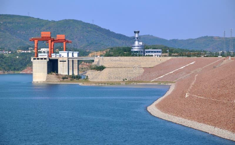Vorratsbehälter und Verdammung neben Wasserelektrizitätsanlage lizenzfreie stockfotos