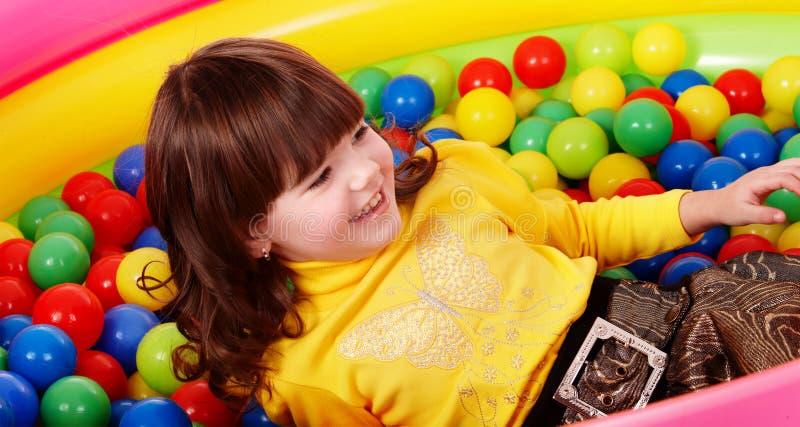 Vorschülermädchen mit Kugel im Spielraum. lizenzfreies stockbild