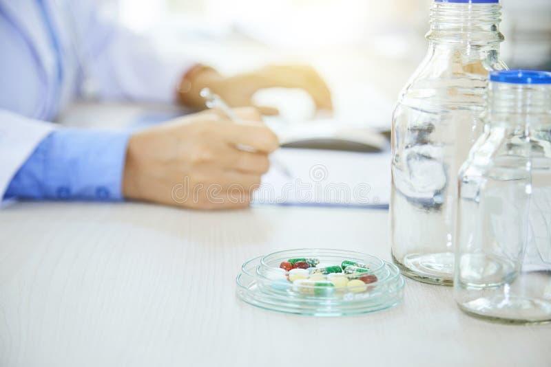 Vorschreiben einer Medizin stockfotos