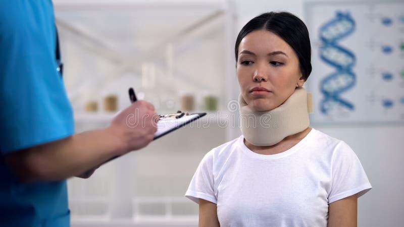 Vorschreibende Therapie Doktors zum weiblichen Patienten im zervikalen Kragen des Schaums, Rechnung stockfotografie